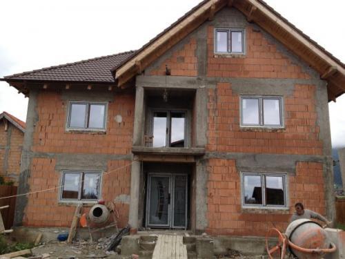 Constructii case la rosu