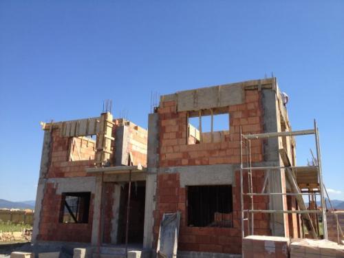 Constructii case la rosu sau case la cheie